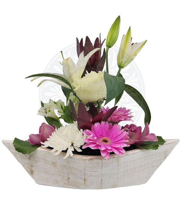 Σύνθεση λουλουδιών σε ξύλινη γόνδολα