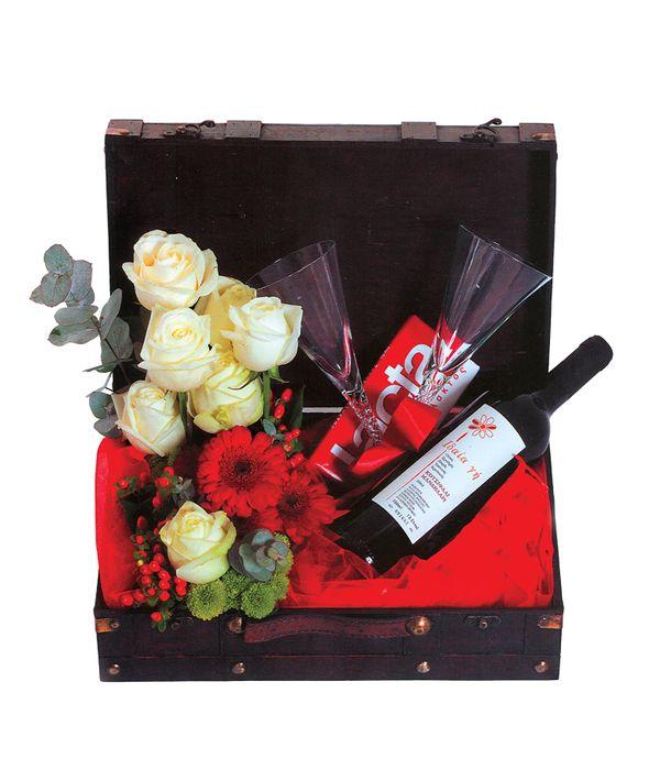 Μπαουλάκι με λουλούδια, κρασί και σοκολάτα