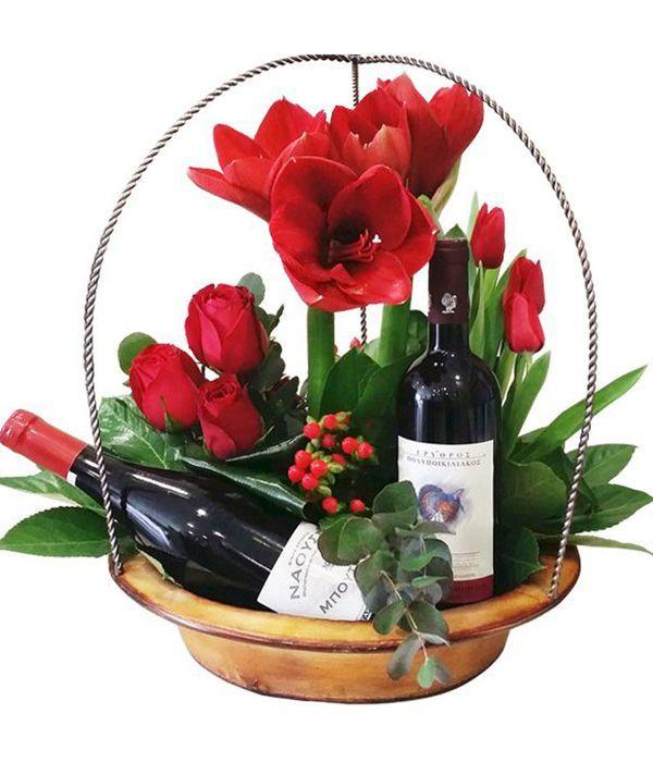 Σύνθεση με κόκκινα λουλούδια και κρασιά