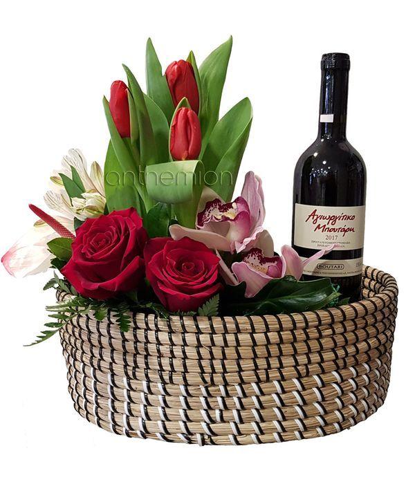 Οβάλ καλάθι με λουλούδια και κρασί
