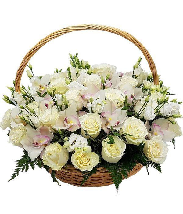 Καλάθι με λευκά τριαντάφυλλα και ορχιδέες