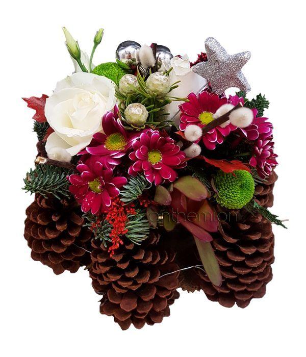 Γιορτινή σύνθεση με κουκουνάρια και λουλούδια