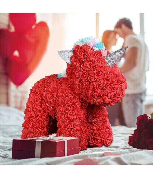 Κόκκινος μονόκερος από τριαντάφυλλα αφρού και φωτάκια