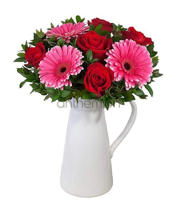 Φρέσκα λουλούδια σε κανάτα