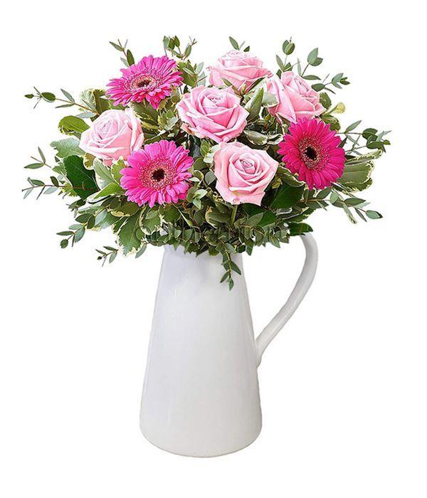 Ροζ τριαντάφυλλα και ζέρμπερες σε κανάτα