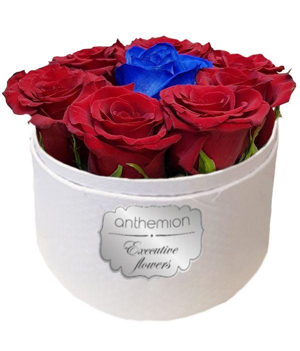 Πανέμορφα τριαντάφυλλα σε λευκό κουτί