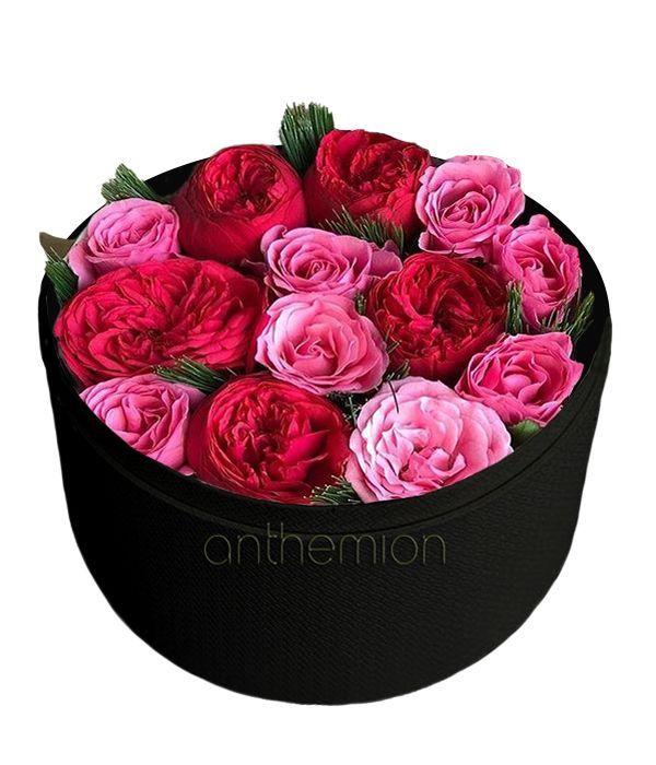 Κόκκινα και ροζ τριαντάφυλλα σε μαύρο κουτί