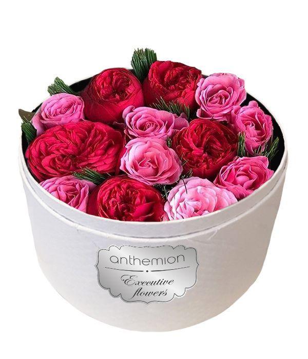 Κόκκινα και ροζ τριαντάφυλλα σε λευκό κουτί