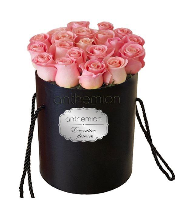 Ροζ τριαντάφυλλα σε μαύρο κουτί