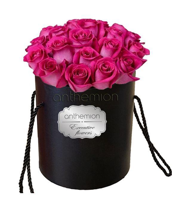 Κομψά φούξια τριαντάφυλλα σε κουτί