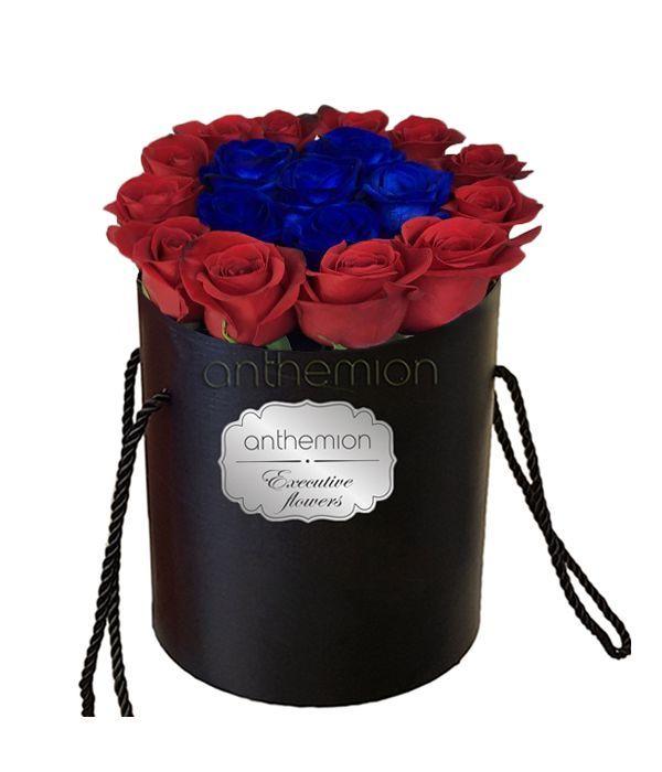 Μπλε και κόκκινα τριαντάφυλλα σε κουτί