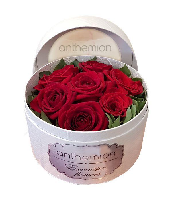 Λευκό κουτί με υπέροχα κόκκινα τριαντάφυλλα