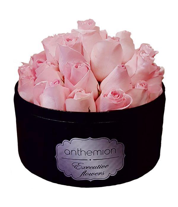 Μαύρο κουτί με ροζ τριαντάφυλλα