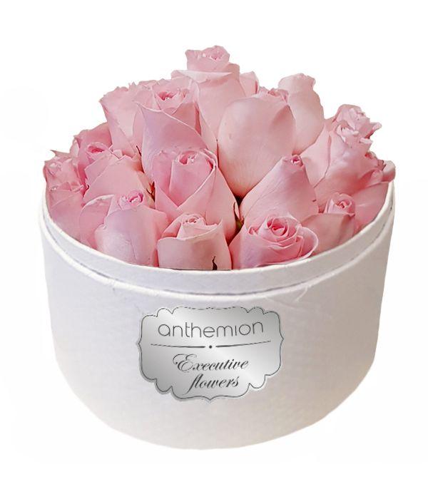 Λευκό κουτί με ροζ τριαντάφυλλα