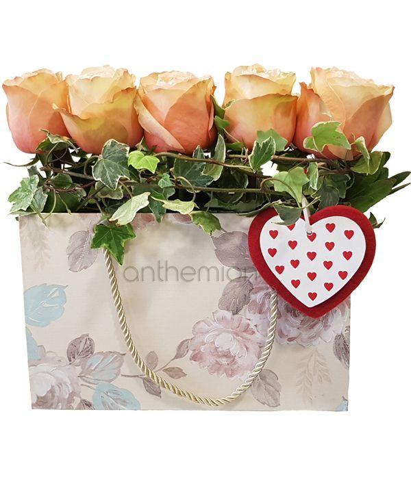 Ροδακινί τριαντάφυλλα σε τσάντα