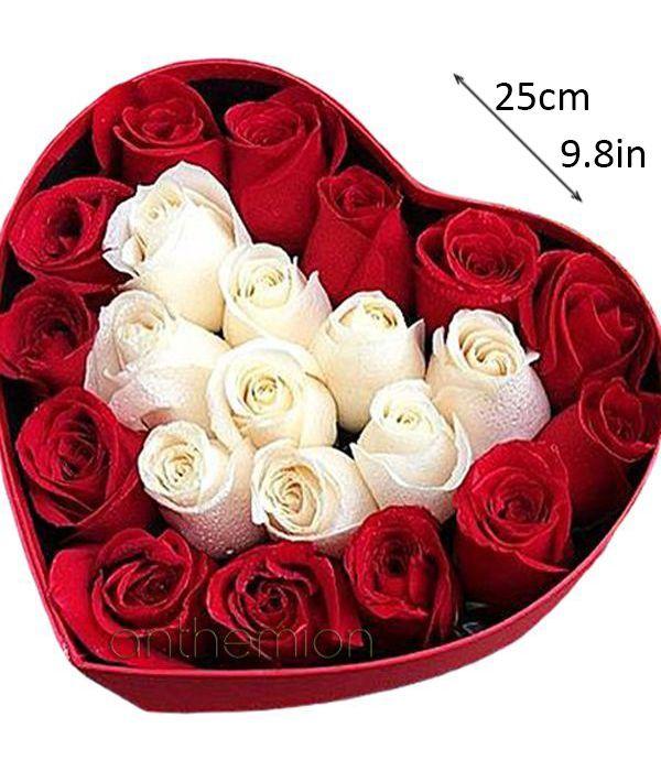 Λευκά και κόκκινα τριαντάφυλλα σε καρδιά