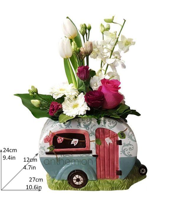 Τροχόσπιτο με λευκά και φούξια λουλούδια