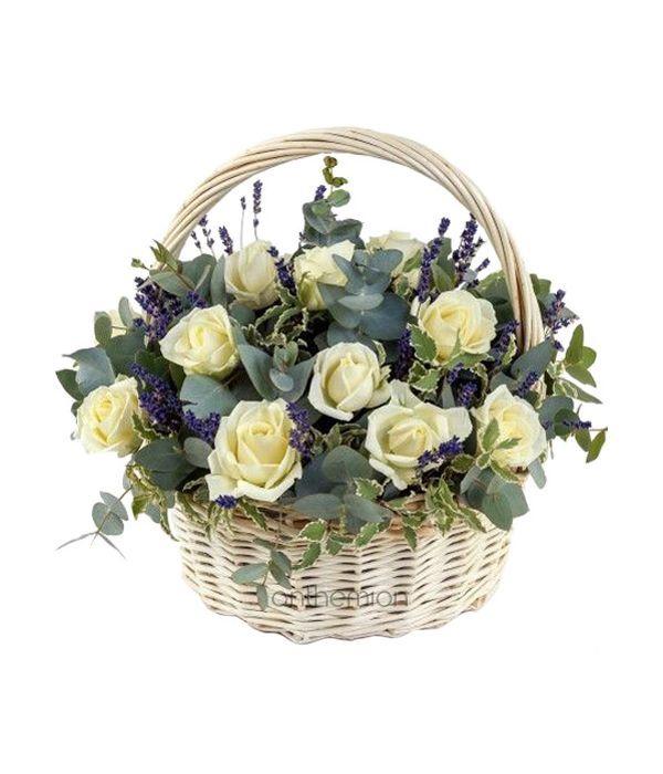 Καλάθι με Λευκά Τριαντάφυλλα και Λεβάντες
