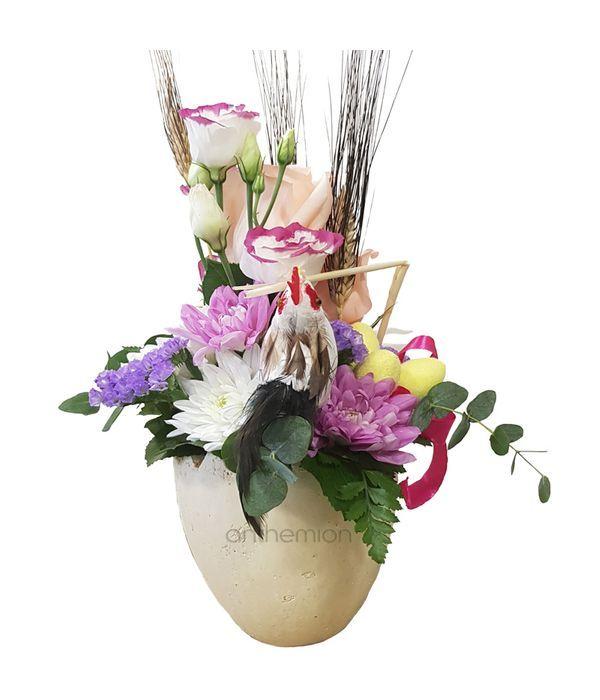 Λουλούδια σε κεραμική βάση αυγό