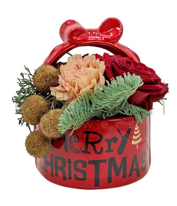 Χριστουγεννιάτικη σύνθεση σε κεραμικό καλαθάκι