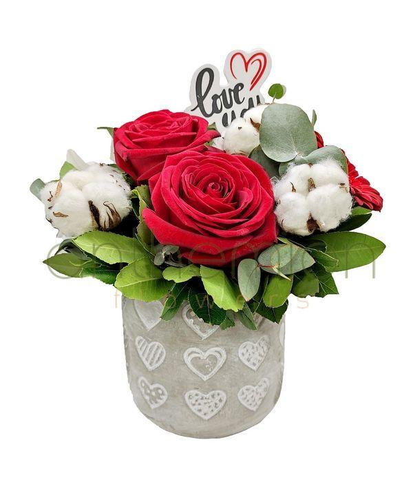 Ερωτευμένα τριαντάφυλλα σε κεραμικό με καρδιές