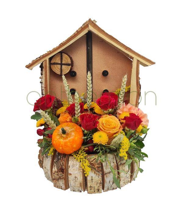 Ξύλινο σπιτάκι με φθινοπωρινή σύνθεση λουλουδιών