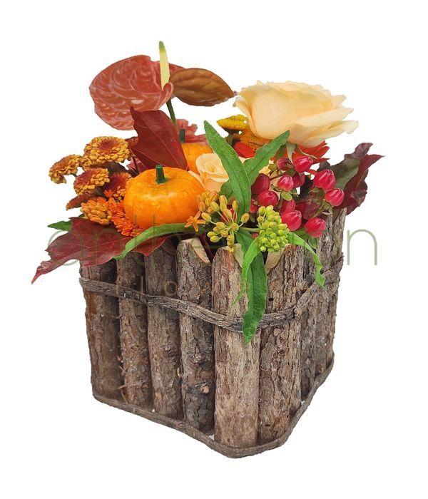 Φθινοπωρινή σύνθεση λουλουδιών σε ξύλινο κύβο