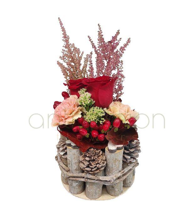 Λουλούδια με ζεστά χρώματα σε ξύλινη βάση