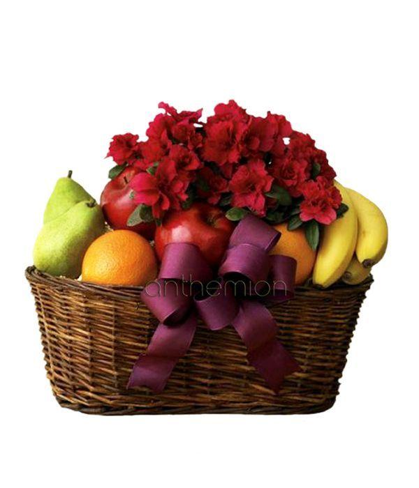 Σύνθεση σε καλάθι με φυτό εποχής και φρούτα