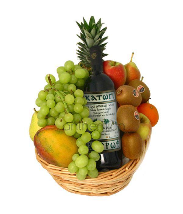 Σύνθεση σε καλάθι με φρούτα και κρασί