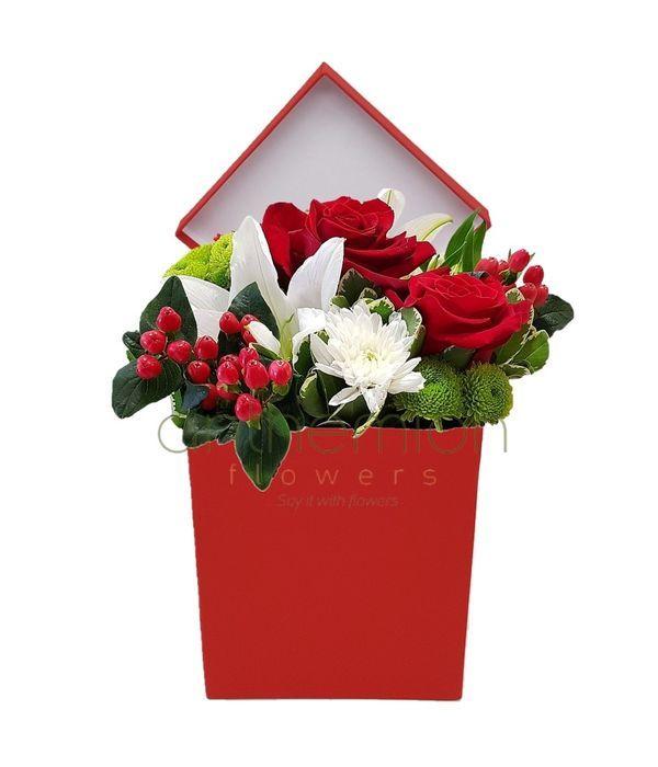 Σύνθεση με λουλούδια σε κόκκινο κουτί