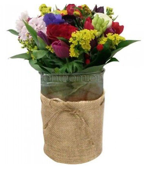 Μπουκέτο με λουλούδια εποχής σε βάζο