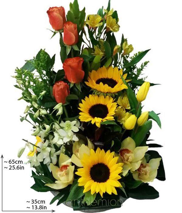 Εντυπωσιακή ψηλή σύνθεση με λουλούδια εποχής