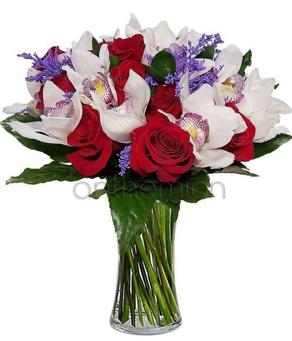 Εξωτικές ορχιδέες με όμορφα τριαντάφυλλα