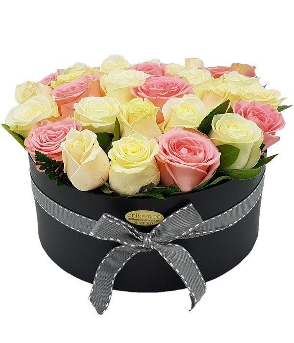 Κουτί δώρου με όμορφα τριαντάφυλλα