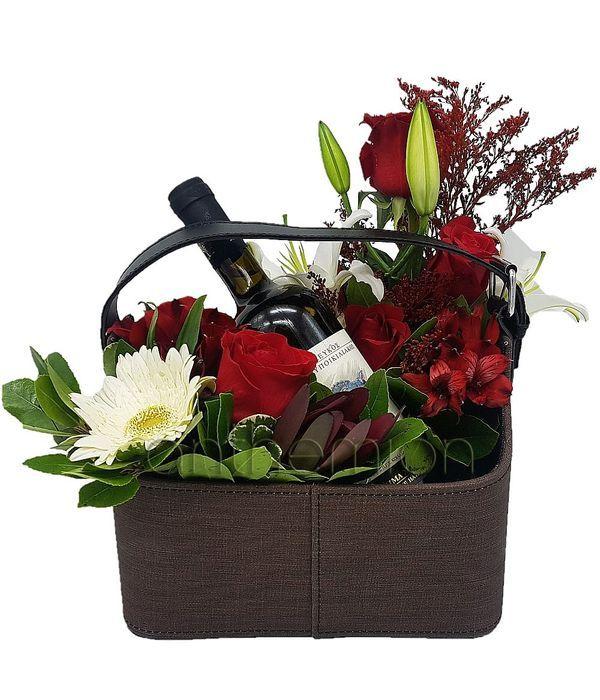 Καφέ εφημεριδοθήκη με λουλούδια και κρασί