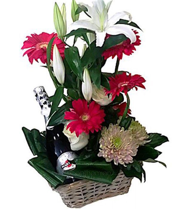 Καλάθι με αφρώδη οίνο και λουλούδια