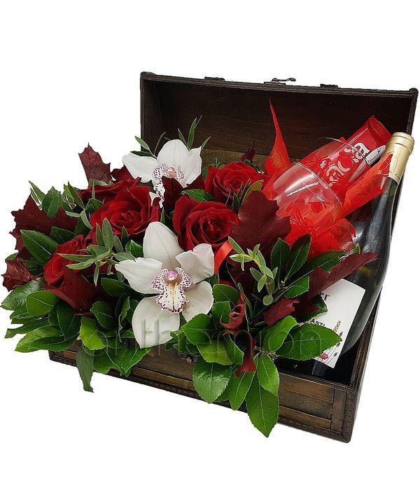 Μπαουλάκι με λουλούδια,σοκολάτα,ποτήρια και Asti Martini