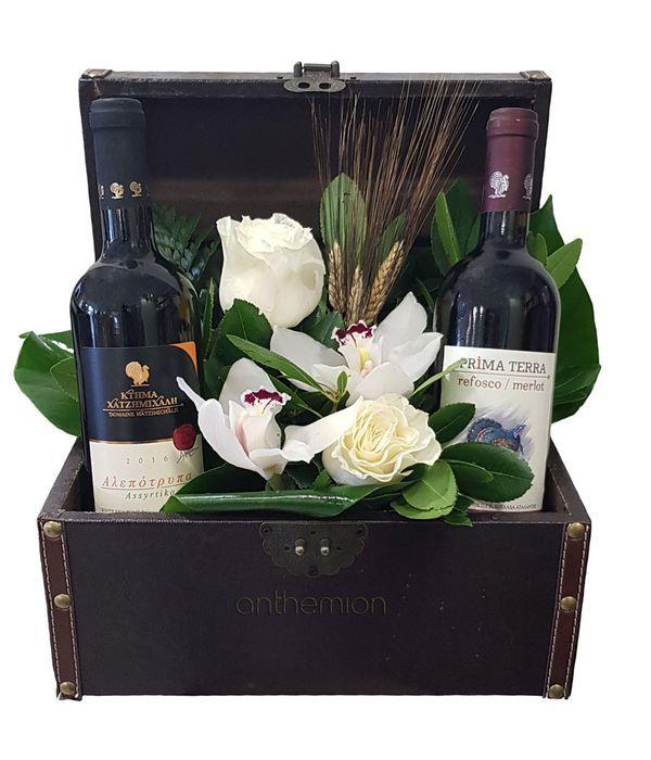 Κρασιά και λουλούδια σε δερμάτινο μπαούλο