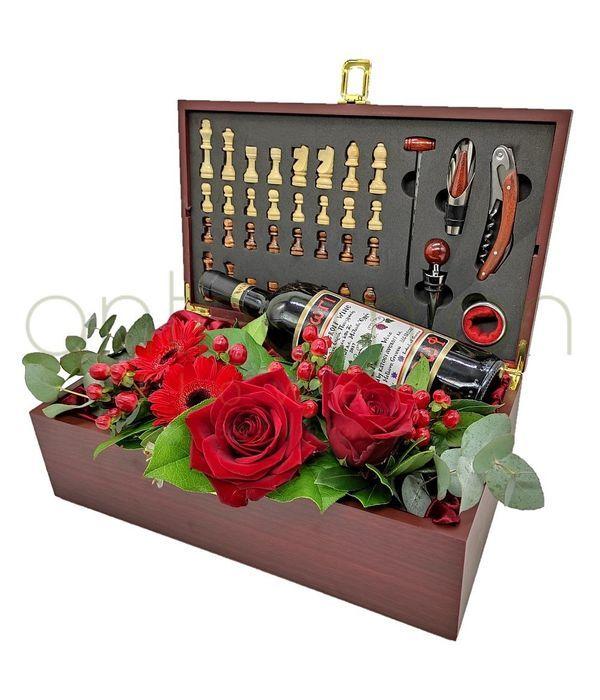 Σκακιέρα με αξεσουάρ κρασιού και λουλούδια