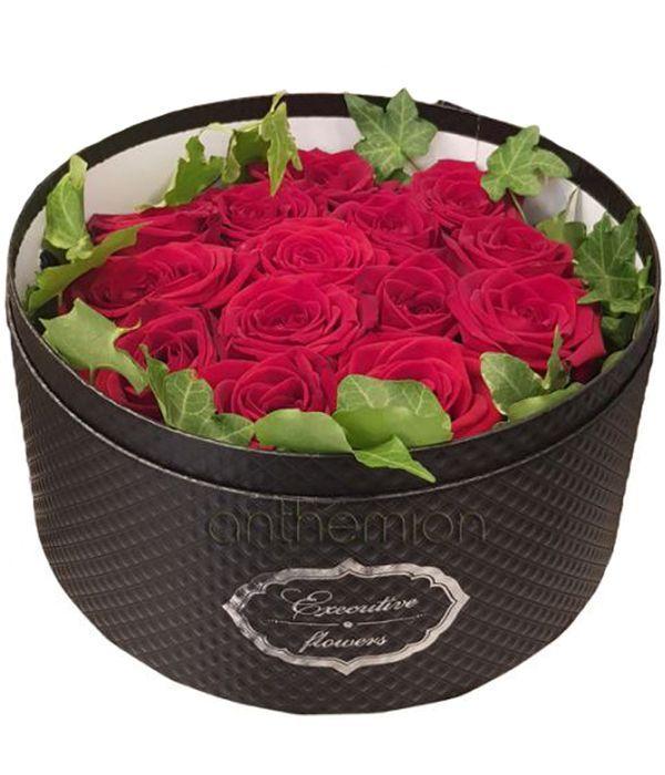Κόκκινα τριαντάφυλλα σε κουτί
