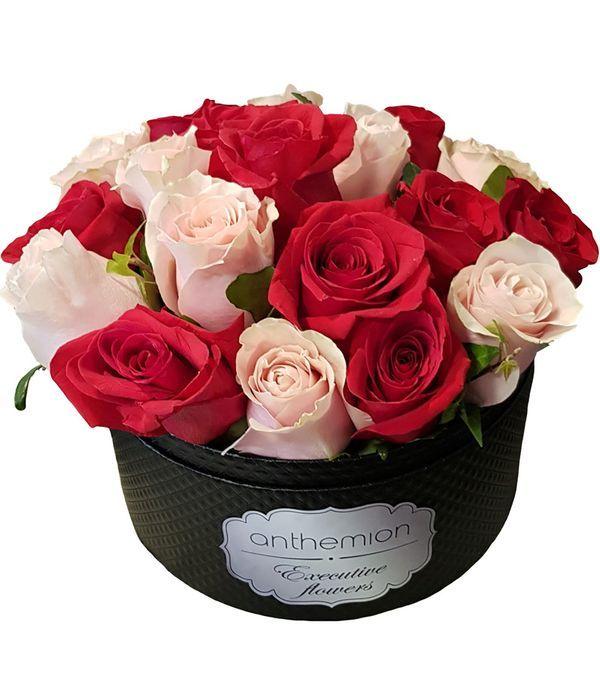 Μαύρο κουτί με ροζ και κόκκινα τριαντάφυλλα