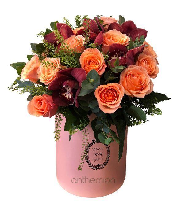 Ψηλό κουτί με τριαντάφυλλα και ορχιδέες