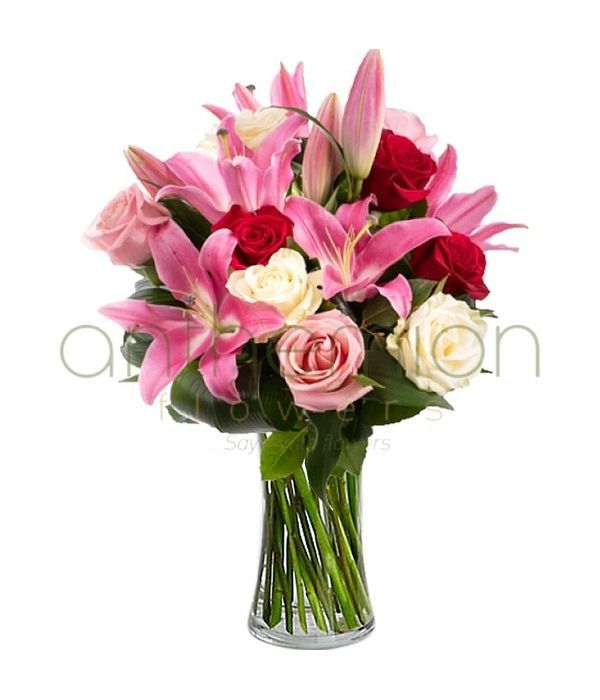 Πολύχρωμο μπουκέτο με τριαντάφυλλα και λίλιουμ