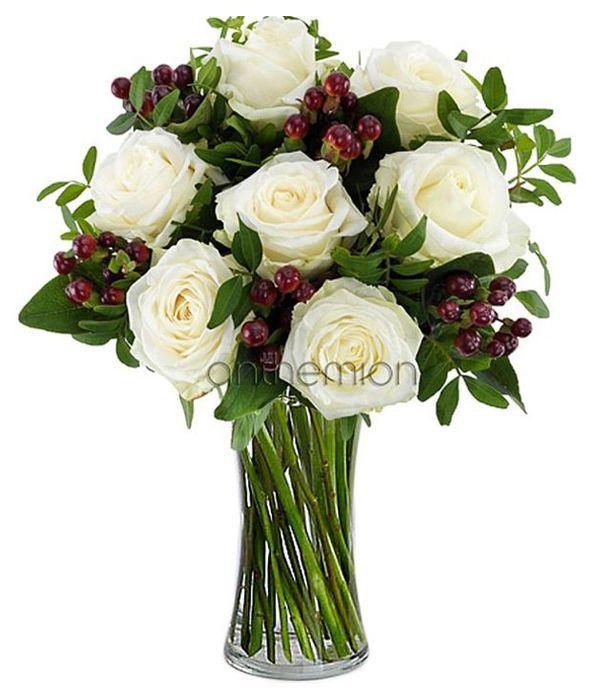 Λευκά τριαντάφυλλα και κόκκινα υπέρικουμ