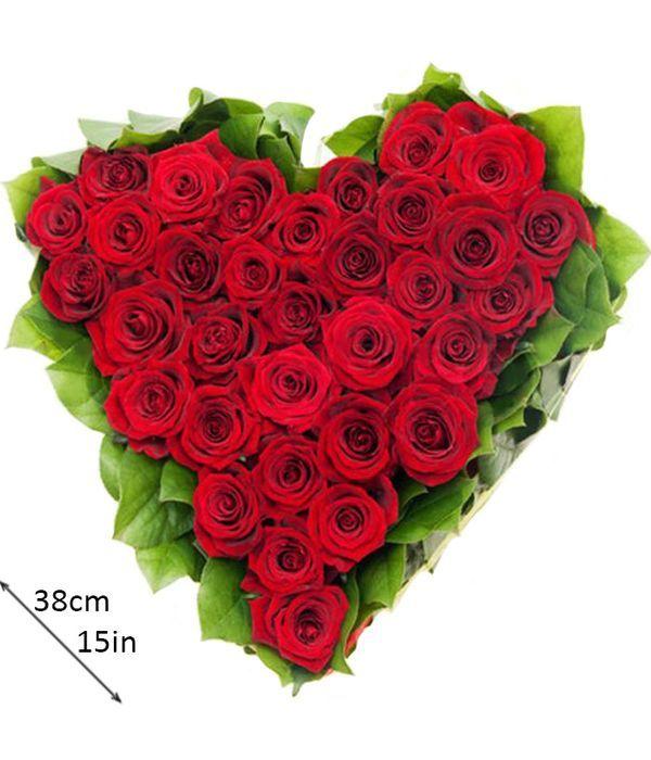 Καρδιά moss με κόκκινα τριαντάφυλλα