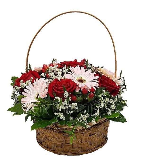 Καλάθι με ζέρμπερες και τριαντάφυλλα