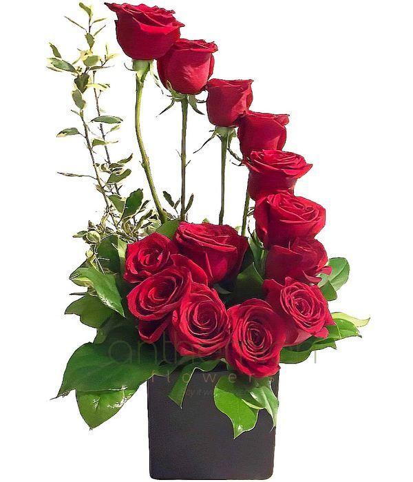 Ψηλή σύνθεση με 13 κόκκινα τριαντάφυλλα