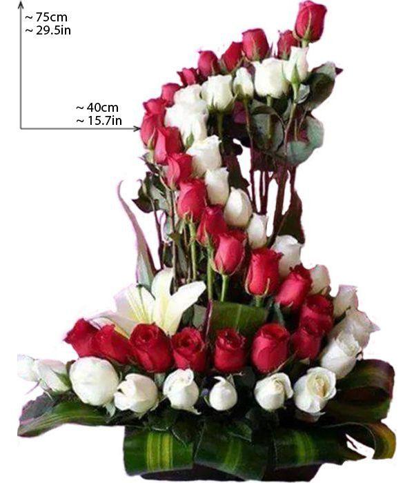 Εντυπωσιακή σύνθεση με λευκά και κόκκινα τριαντάφυλλα