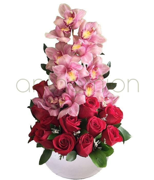 Ψηλή σύνθεση με τριαντάφυλλα και ορχιδέες